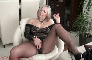 Ash-blonde mummy in leather trousers..