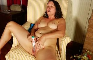 Mature  humps her twat with toothbrush