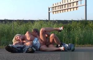 Public fucky-fucky 3some by a highway